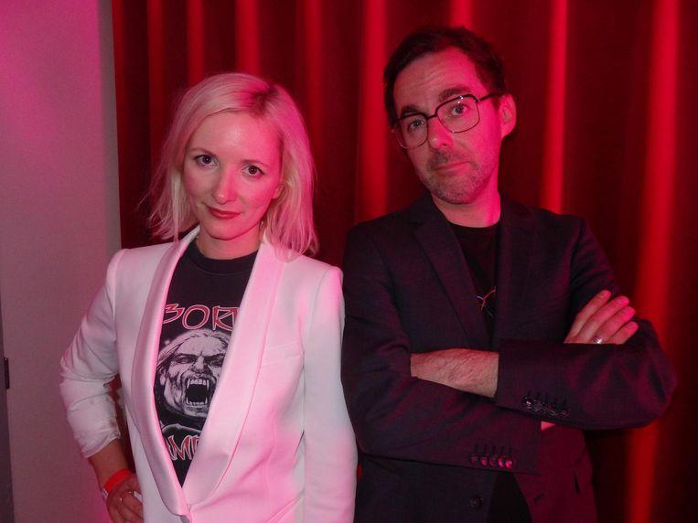 Presentatoren Elfie Tromp en Ivo Victoria. Na de vierde fotopoging: 'Nu zijn we allebei roze, dat is wel zo eerlijk.' Beeld Schuim