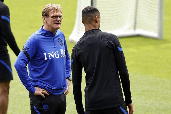 Dwight Lodeweges in gesprek met international Cody Gakpo, tijdens een training van het Nederlands elftal op de KNVB Campus in Zeist. De trainer uit Voorthuizen wordt de nieuwe assistent van PEC.