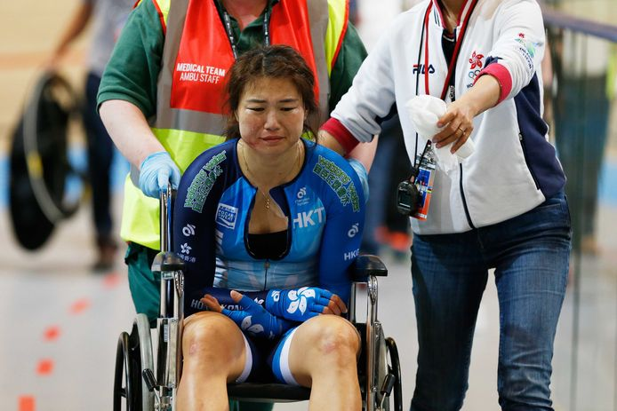 Een gehavende Xiaojuan Diao uit Hong Kong wordt na haar crash met een baancommissaris weggereden in een rolstoel. Het ongeluk gebeurde op de Omnium vrouwen tijdens de wereldkampioenschappen baanwielrennen in Apeldoorn. ANP/Bas Czerwinski