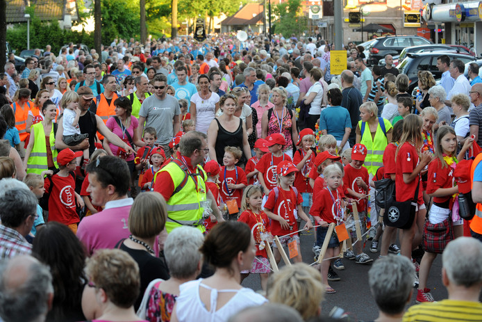 De intocht van de wandelvierdaagse in Ugchelen trekt altijd veel publiek, zoals hier in 2012. Foto ter illustratie.