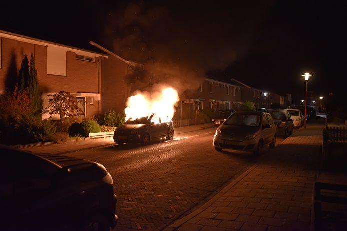 De auto van de buurvrouw ging in vlammen op, mogelijk het werk van de Vriezenvener die voor overlast zorgde. De man moet nog voorkomen.