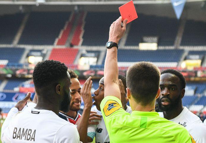 Scheidsrechter Benoit Bastien toont Neymar de rode kaart tijdens het duel met Lille.