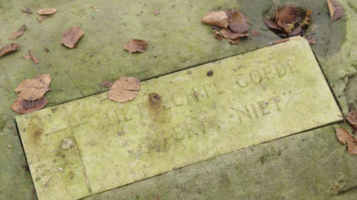 Tekst op de begraafplaats van de St. Josephstichting: 'Het echte goede sterft niet'