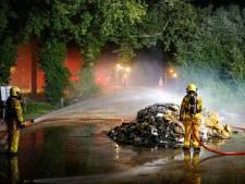 Felle brand in papiercontainer op parkeerplaats van manege in Brummen