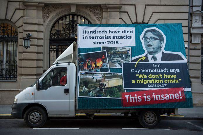 Een van de Hongaarse pancartes tegen Guy Verhofstadt.