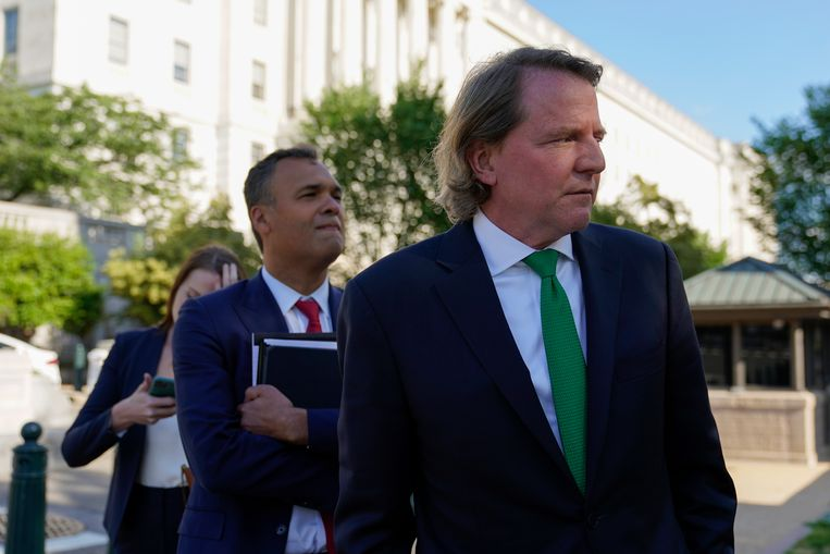 Voormalig juridisch adviseur van Donald Trump Don McGahn na zijn ondervraging in het Congres in Washington. Beeld AP
