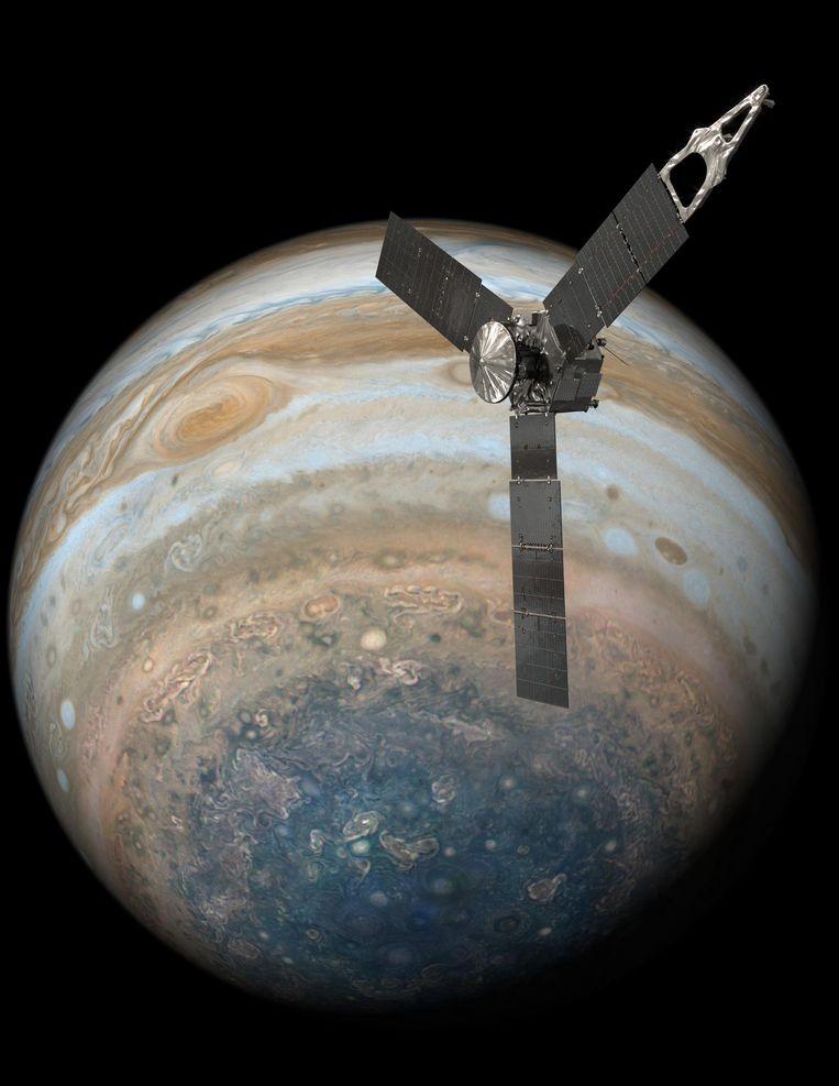 Als eerste vliegt Juno over de noord- en de zuidpool van Jupiter. Beeld NASA