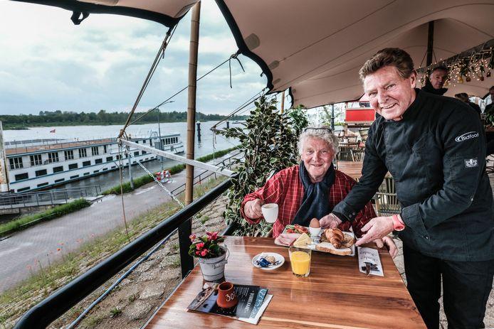 Ben Lamers (zittend) en Theo Spaan met een gratis ontbijtje bij Kade 7 op de Europakade in Tolkamer.