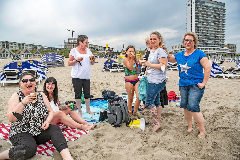 'Gekke collega's' uit de plasticfabriek van Siegen genieten van een dagje Zandvoort.  Beeld Guus Dubbelman / de Volkskrant