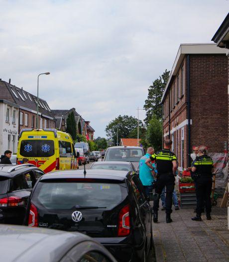 Fietser rijdt tegen portier van auto en raakt gewond