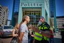 De drijvende kracht achter Viruswaarheid, Willem Engel, bij het politiebureau in Rotterdam om aangifte te doen.