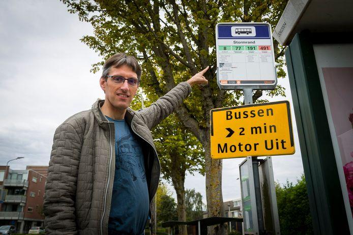 Vincent Prins bij bushalte Stormrand in Sliedrecht waar lijn 8 vroeger stopte om inwoners naar het ziekenhuis in Dordrecht te vervoeren.