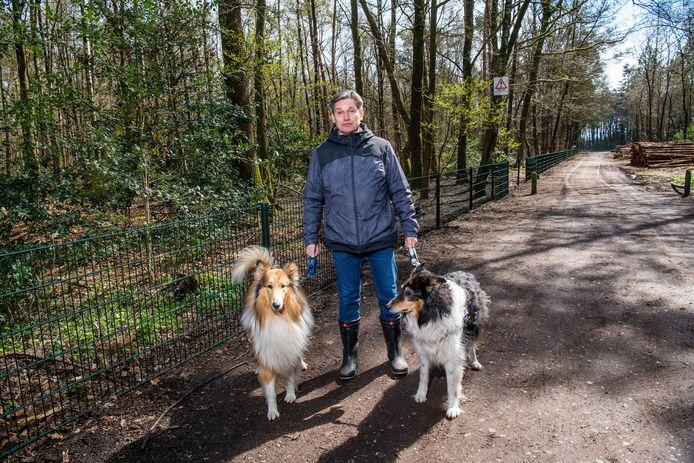 Sinds vorige week staat er plots een hek om het bos aan de Elspeterweg in Vaassen. Bij omwonenden zoals Bert van Dijken leidt dit tot boosheid.