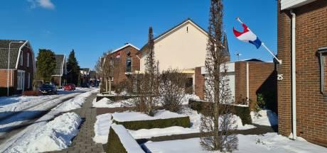 Vlaggen en een potje bier aan Nieuwstraat Delden: Zuster Helena is vertrokken