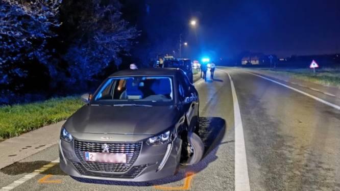 Vrouw wijkt af van rijvak en botst met tegenligger: drie auto's beschadigd