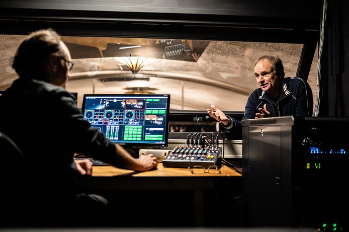 Roel Coppelmans, bedenker van het V-ticket voor theaters, met technicus  Arnoud in de regieruimte.