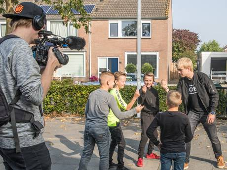 Schoolkinderen uit Hoedekenskerke maken een videoclip voor televisie