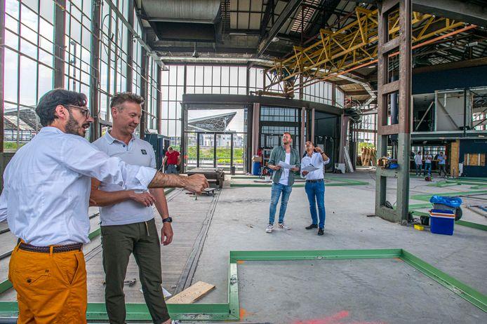 Antonio Gracia (links) en Stefan Cosijns bekijken de keukens in wording van Central Station Gourmet Market. In het midden bedrijfsleider Flip Gooskens (links) en directeur Alexander Holterman.