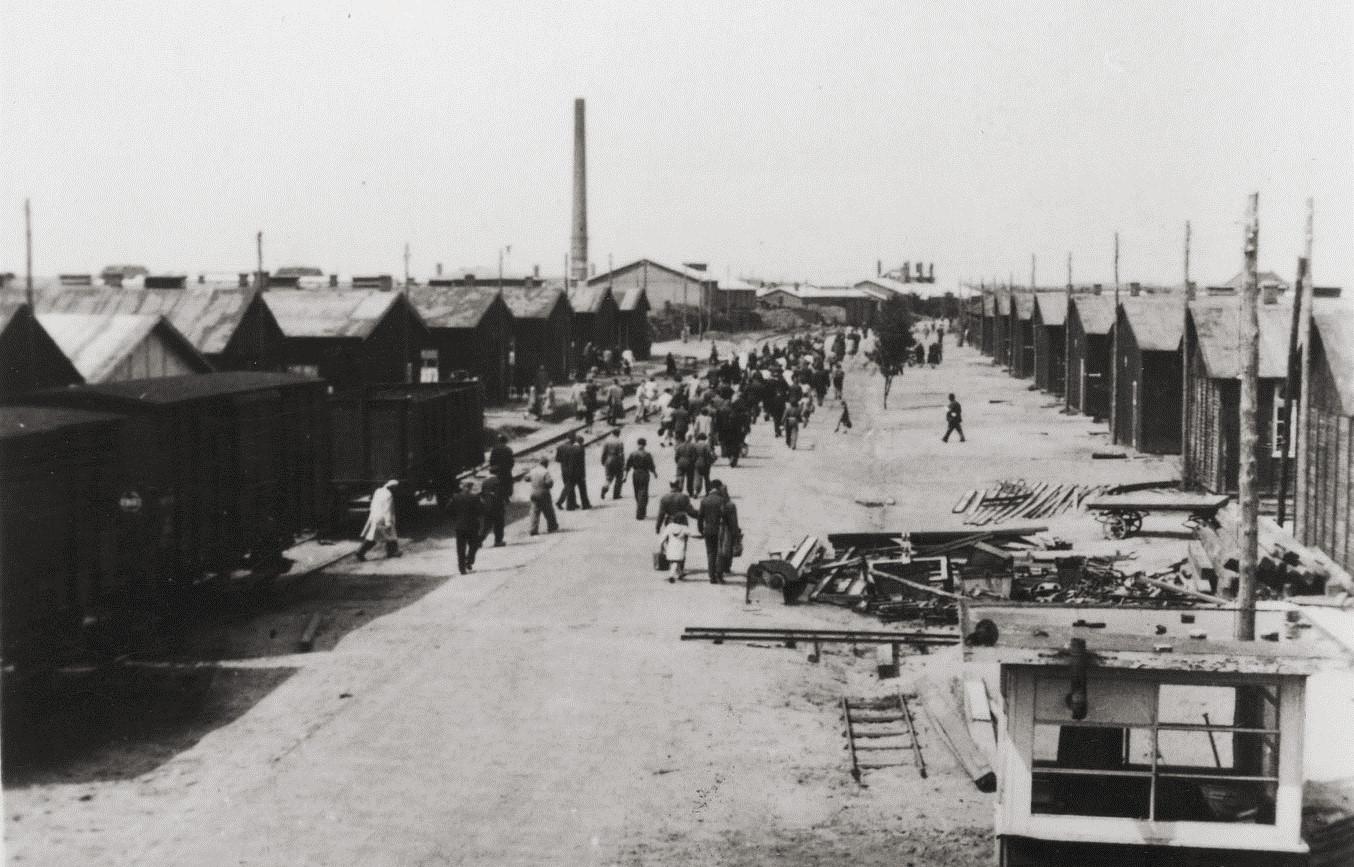 De 'boulevard', de hoofdweg door het kamp.