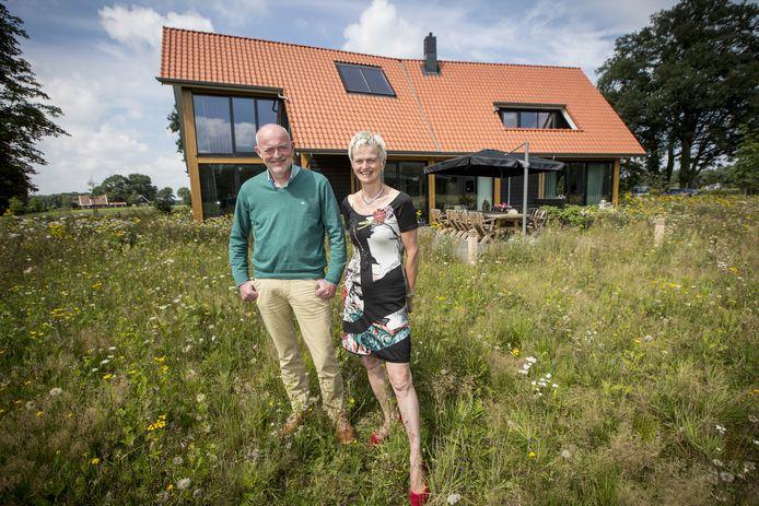 Het echtpaar Golbach krijgt van de gemeente Oldenzaal medewerking voor het plaatsen van 130 zonnepanelen op het terrein van hun B & B aan de Reininksweg FOTO: Robin Hilberink  RH20170809