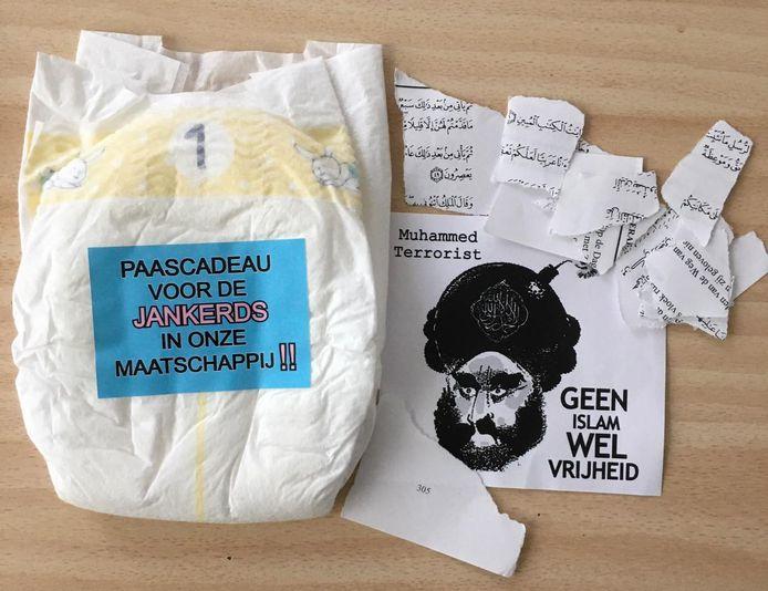 De inhoud van de envelop die zaterdag bij de moskee in Deventer werd bezorgd.