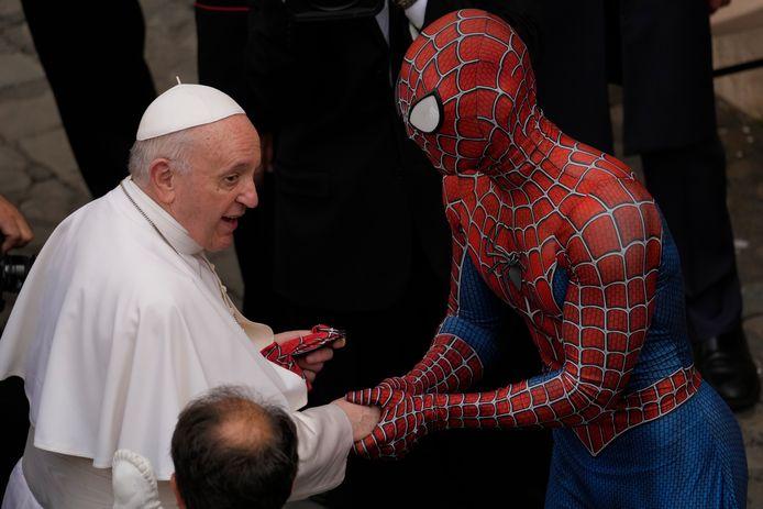 Spider-Man Mattia Villardita bezoekt als Spider-Man ernstig zieke patiëntjes in ziekenhuizen.