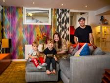 Faye (36) en Joost (40) wonen in een 'maximalistisch' huis bomvol kunst: 'Wij houden van overdaad en kleur'