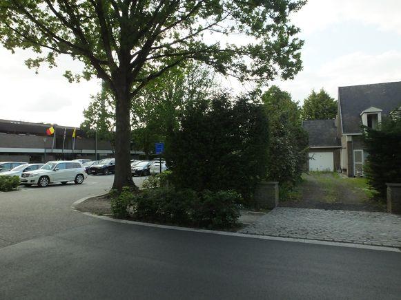 De gemeente koopt de huizen rechts van de sportsite in de Hoge Heirweg.