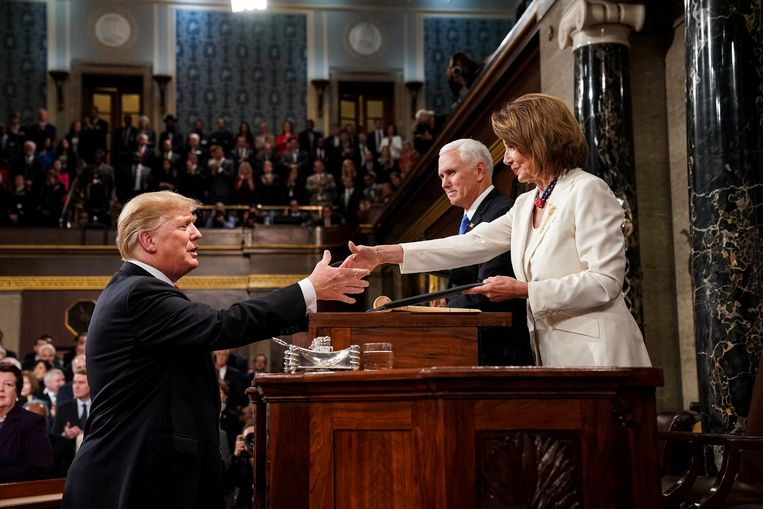 Trump schudt Speaker of the House Nancy Pelosi de hand. Naast haar vicepresident Mike Pence.