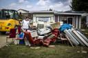 Campinggasten ruimen de schade op aan de bezittingen op een camping in Roermond.