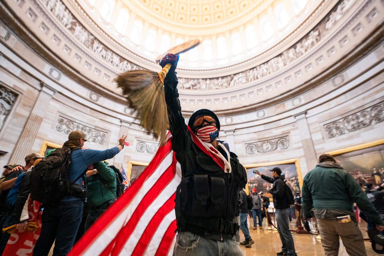 Trump-supporters bestormen het Capitool om te beletten dat het parlement de zege van Joe Biden bekrachtigt
