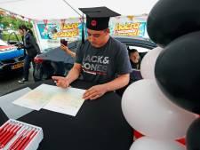 Unieke diploma-uitreiking: leerlingen halen papiertje op vanuit de auto