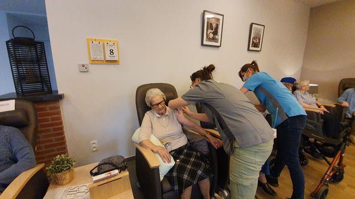 De bewoners van het woonzorgcentrum Lindelo kregen vorige vrijdag hun eerste prik met het coronavaccin