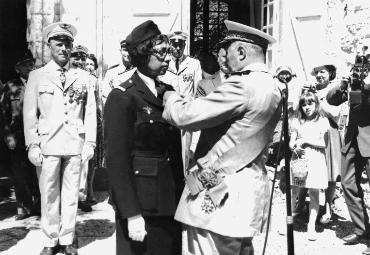 Joséphine Baker in 1961 bij de ontvangst van de Légion d'honneur.  Beeld AFP