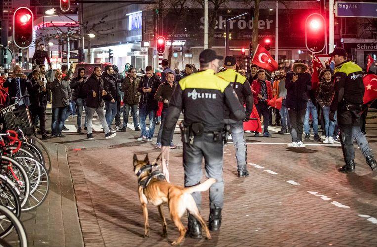 11 MAART, ROTTERDAM: De politie veegt een straat leeg aan de achterkant van het Turkse consulaat, waar de Turkse minister Kaya van Familiezaken niet mag spreken. Beeld Van Den Bergh Freek