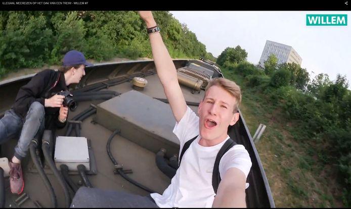 Willem Vink (r) vlogde twee jaar geleden vanaf een rijdende trein.  Daar heeft hij inmiddels spijt van, zegt hij. Het treinfilmpje staat ook niet meer online.