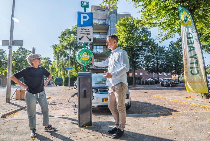 Wethouder Karin Schrederhof en Marcel Mattijssen onthullen de eerste laadpaal met CITY AED.