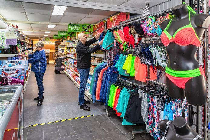Op De Kurenpolder in Hank is al 20 jaar Vakantiesupermarkt de Oase gevestigd van Arlien en Hans Hakkel (vooraan).