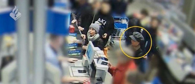 """De politie in het Nederlandse Limburg maakte vrijdag beelden openbaar van het zogenoemde """"shouldering"""" in een supermarkt in Maastricht. Daarbij kijken zakkenrollers mee terwijl hun latere slachtoffers - meestal senioren - hun pincode intoetsen om hen vervolgens de pinpas te ontfutselen."""