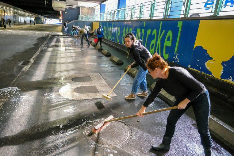 Vrijwilligers aan het werk in het Noordstation. Beeld Baert Marc