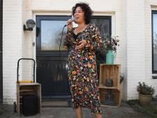 Staat er ineens een zangeres met een appelkratje voor de deur: Mindy uit Mill zingt je persoonlijke boodschap op bestelling