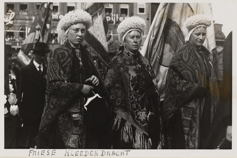 1938: Friese klederdracht op het Stadionplein voor het 40-jarig regeringsjubileum van koningin Wilhelmina. Beeld Stadsarchief