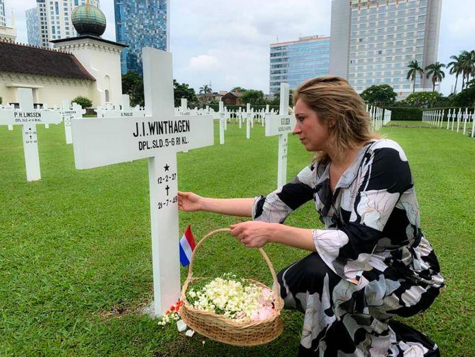 Hanneke Coolen-Colsters volgt deze week het spoor van haar opa en de Zwarte Panters op Java. Ze bezocht ook het ereveld Menteng Pulo in Jakarta, waar honderden gesneuvelde Nederlandse militairen liggen.