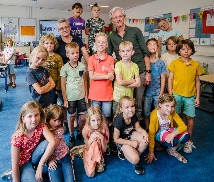 Directeur Maaike Hevel en bestuurder Fluvium Openbaar Onderwijs Jeroen Goes poseren in een van de groepen van OBS De Springplank in Rumpt.