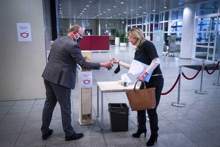 Demissionair minister Kajsa Ollongren (Binnenlandse Zaken) en burgemeester Ton Heerts van Apeldoorn voor aanvang van het Veiligheidsberaad. Beeld ANP