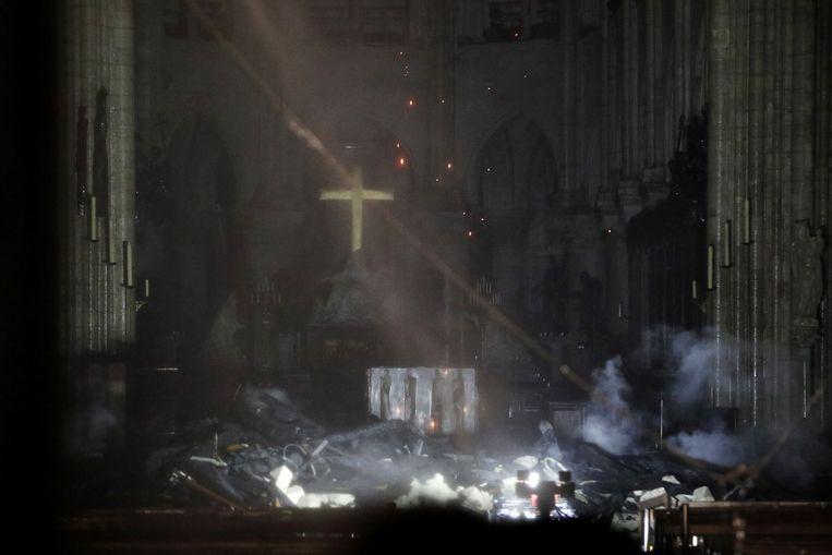 Achteraan de kathedraal staat een gouden kruisbeeld nog rechtop.