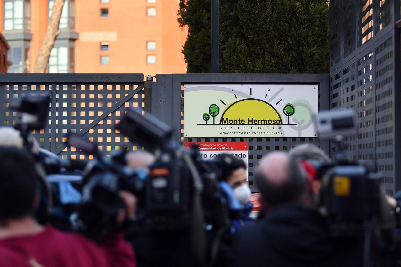 Journalisten troepen samen voor het rusthuis Monte Hermoso in Madrid, waar volgens sommige informatie al 15 van de 130 bewoners gestorven zijn.