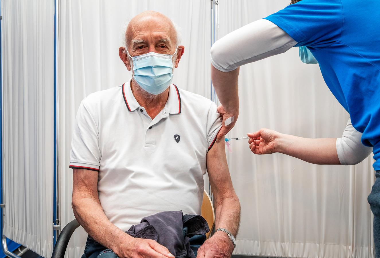 """Hendrik-Jan Heidt (77) uit Barendrecht was een van de eersten die in de sporthal werd gevaccineerd. Hij was heel blij: ,,We zijn weer een fase verder richting de vrijheid."""""""
