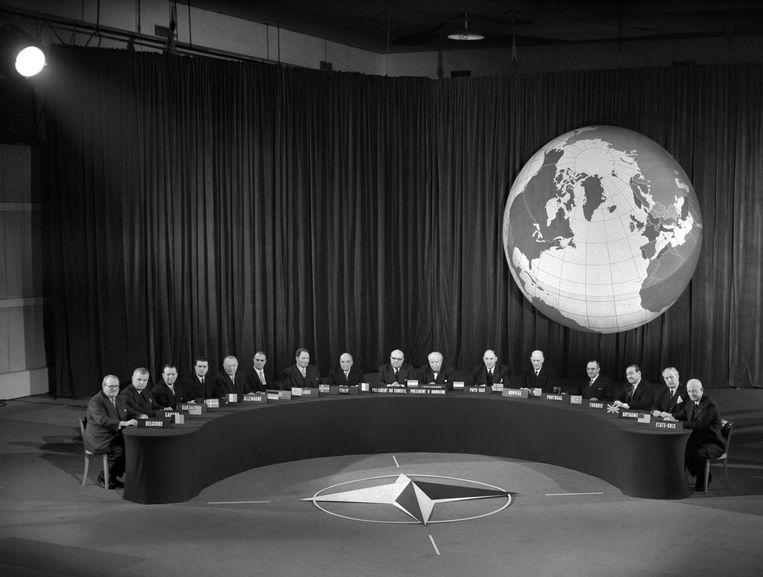 Topmeeting in Parijs, met onder anderen secretaris-generaal Paul-Henri Spaak van de NAVO, in 1957. Beeld AFP