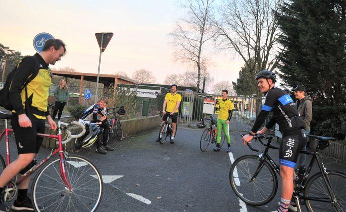 Spelers van Redichem verzamelen zich op sportpark Wilhelmina. In het midden de initiatiefnemers van de 230 kilometer lange fietstocht, Lieven de Zwart en Lennart Fuchs.
